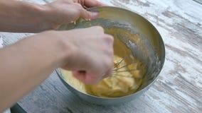 Подготовка торта Тесто венчика смешивая конец сток-видео
