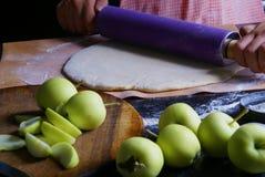 Подготовка традиционного пирога осени с яблоками Стоковая Фотография