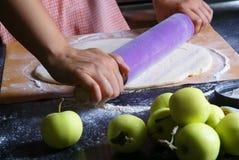 Подготовка традиционного пирога осени с яблоками Стоковое фото RF