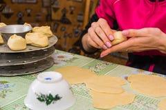 Подготовка узбекских trickled печениь - manti Стоковое Фото