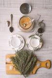 Подготовка чая установленная с травами вертикальной Стоковое Фото