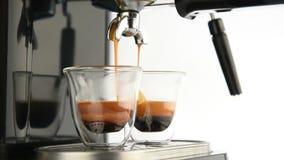 Подготовка эспрессо кофе на белой предпосылке акции видеоматериалы