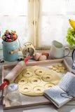Подготовка для вкусных donuts Стоковые Изображения