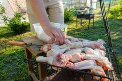 Подготовка для жарить мясо Стоковые Фотографии RF
