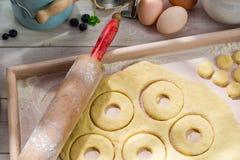Подготовка для очень вкусных donuts в солнечной кухне Стоковое фото RF