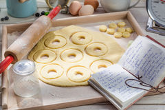 Подготовка для очень вкусных donuts Стоковое Фото