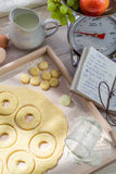 Подготовка для сладостных и вкусных donuts в деревенской кухне Стоковая Фотография RF