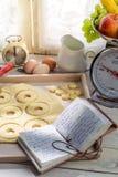Подготовка для сладостных и вкусных donuts Стоковые Фото