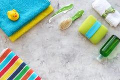 Подготовка для терапии курорта Полотенца, washcloth, лосьон и щетка на сером copyspace взгляд сверху предпосылки стоковые изображения