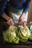 Подготовка Kimchi на деревянном столе Стоковые Изображения
