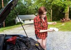 Подготовка Roadtrip проверяя dipstick автотракторного масла Стоковые Фотографии RF