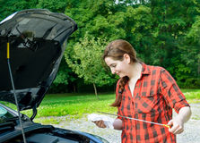 Подготовка Roadtrip проверяя dipstick автотракторного масла Стоковые Фото