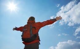 подготовляет счастливый hiker его человек удерживания Стоковое Изображение RF