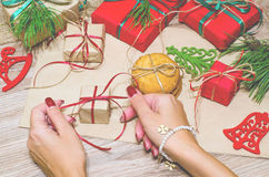 Подготовьте коробки с подарками и помадками для рождества Стоковое фото RF