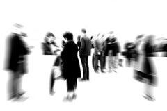подготовляет работников женщины телефона офиса человека forground предпосылки бородатых пересеченных стоя говоря Стоковое Фото