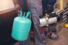 Подготовлять кондиционирования воздуха мастерский установить новый кондиционер Стоковая Фотография