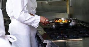 подготовлять кухни еды шеф-повара сток-видео