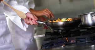 подготовлять кухни еды шеф-повара видеоматериал