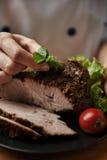 подготовлять мяса шеф-повара Стоковые Изображения RF