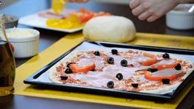 подготовлять пиццы шеф-повара Оливки взятия шеф-повара и положенная дальше пицца видеоматериал