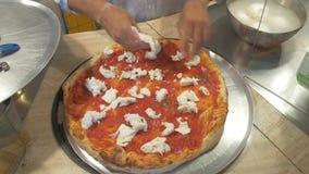 подготовлять пиццы видеоматериал