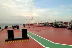 Под голубым небом и белыми облаками, плавание через нефтяной танкер, VLCC моря совместило Стоковые Изображения RF