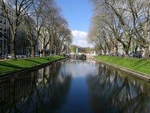Под Дюссельдорфом Солнцем с взглядом банка канала Стоковые Фото