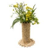 Полевые цветки в плетеной вазе стоковая фотография