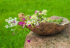 Полевые цветки лета в большом деревянном баке, идее украшения Стоковое Изображение