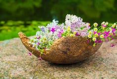 Полевые цветки лета в большом деревянном баке, идее украшения Стоковое Изображение RF