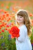 Полевые цветки рудоразборки ребенк в поле Игра девушки в луге и pic Стоковые Изображения RF