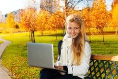 Полезного время работы осени сделать домашнюю работу снаружи Стоковое фото RF