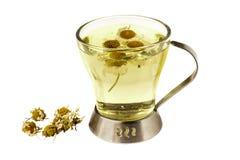 Полезный травяной чай с высушенным стоцветом на белой предпосылке Стоковые Фотографии RF