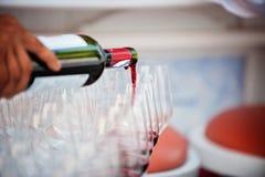 полейте вино вино обеда пляжа стеклянное стоковые фотографии rf