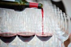 полейте вино вино обеда пляжа стеклянное стоковое изображение rf