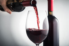 Полейте красное вино в стекло стоковая фотография rf