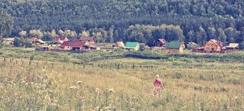 Полдень лета в горном селе стоковая фотография