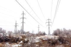 Поддерживает высоковольтную зиму линий электропередач Стоковые Фото