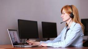 поддержка оператора клиента женская она водит онлайн консультацию используя веб-камера сток-видео