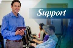 Поддержка против учителя при студенты используя компьютеры в компьютерной комнате Стоковые Фото