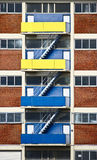 3 полета лестницы на внешней стене здания на желтых и голубых балконах Стоковое Изображение RF
