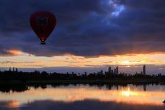 Полет воздушного шара на восход солнца Стоковая Фотография RF