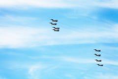 Полет воинских воздушных судн battleplane в небе Стоковая Фотография
