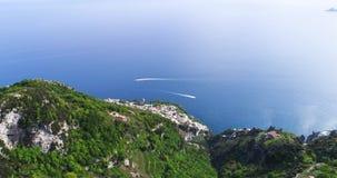 Полет в горы над побережьем Амальфи в Италии акции видеоматериалы