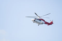 Полет летания вертолета спасения в аварийную ситуацию Стоковые Фото