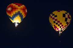 Полет использующего горячего воздух воздушного шара ночи Стоковое Фото