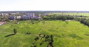 Полет над городом около леса в Украине видеоматериал