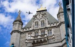 Полет над мостом башни Стоковое Изображение