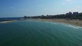 Полет над пляжем Constanta на Чёрном море, Румынии сток-видео