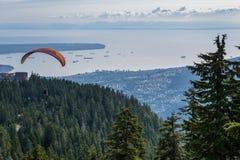 Полет параглайдинга с красным плавным движением и славными пушистыми термальными облаками в предпосылке стоковые фото